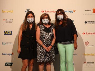 María Cruz Martín Delgado recibe un galardón del diario LA RAZÓN en agradecimiento y reconocimiento del trabajo de los sanitarios durante la pandemia